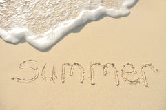 Verano escrito en arena en la playa Imágenes de archivo libres de regalías