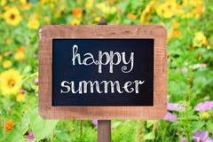 Verano feliz escrito en una pizarra del marco de madera del vintage Imagen de archivo