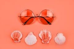 Verano flatlay con las gafas de sol foto de archivo libre de regalías