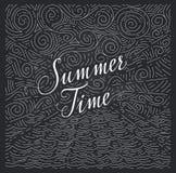 verano Frase manuscrita en un fondo abstracto del mar y el cielo en el tablero de tiza Garabatos blancos y negros libre illustration