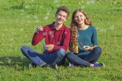 Verano, gente joven, burbujas de jabón Fotos de archivo libres de regalías