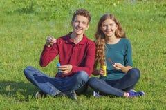 Verano, gente joven, burbujas de jabón Imagen de archivo libre de regalías