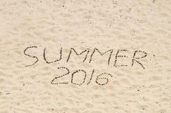 Verano hecho a mano 2016 de la inscripción en la arena Foto de archivo libre de regalías