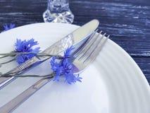 Verano hermoso del arreglo del diseño del banquete del menú de los acianos de las flores, placa, cuchillo de la bifurcación en un Fotos de archivo libres de regalías