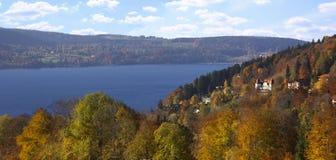 Verano indio en el tegernsee de la orilla del lago, paisaje del otoño Imágenes de archivo libres de regalías
