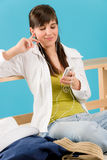 Verano - la mujer joven escucha jugador de mp3 de la música Imagen de archivo libre de regalías