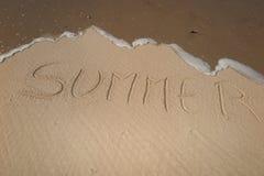 verano manuscrito en la arena, el fondo del verano, el mar y el fondo de la arena Fotografía de archivo libre de regalías