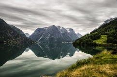 Verano, montaña y espejo de Noruega Fotografía de archivo