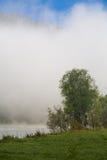 Verano, niebla en el río Montañas de Altai Fotos de archivo libres de regalías
