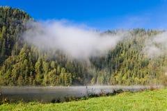Verano, niebla en el río Montañas de Altai Fotos de archivo