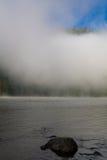 Verano, niebla en el río Montañas de Altai Imagenes de archivo
