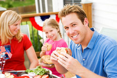 Verano: Papá que come una hamburguesa Fotografía de archivo libre de regalías