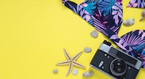 Verano plano de la disposición de los accesorios de la playa Imagen de archivo libre de regalías