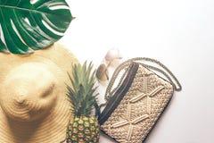 Verano puesto plano con el sombrero, los vidrios y la piña imagen de archivo libre de regalías