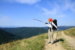 Verano que camina en las montañas imagen de archivo
