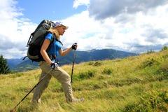 Verano que camina en las montañas Imagenes de archivo