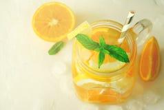 Verano que restaura bebidas heladas con la naranja, menta del lemonand en el fondo blanco Imagen de archivo