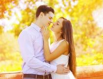 Verano que se besa de los pares dulces sensuales Fotografía de archivo libre de regalías