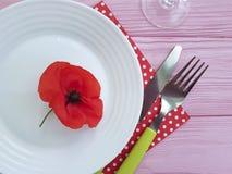 Verano rojo del menú de la amapola del cuchillo de la bifurcación de la placa Foto de archivo