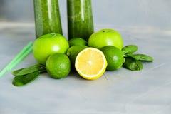 Verano sano de la dieta del Detox de la bebida de los ingredientes verdes del Smoothie fotografía de archivo libre de regalías