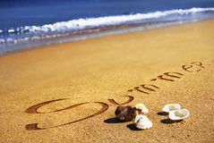 Verano, seashell, arena y el océano Fotos de archivo