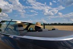 Verano, Sun, coche con dos sombreros de paja Imágenes de archivo libres de regalías