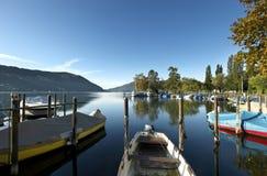 Verano tardío en el lago, embarcadero Imagenes de archivo