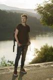 Verano tardío en un lago con la mochila Imagenes de archivo