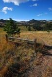 Verano Trailhead de la suciedad debajo del cielo azul Foto de archivo