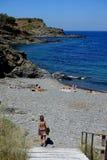 Verano: una ensenada del cabo de las cruces en España con el mar azul Fotos de archivo libres de regalías