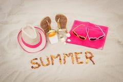 Verano y accesorios de la inscripción para las vacaciones en la arena en la playa Imagen de archivo libre de regalías
