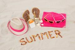 Verano y accesorios de la inscripción para las vacaciones en la arena en la playa, protección del sol, tiempo de verano Imágenes de archivo libres de regalías