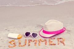 Verano y accesorios de la inscripción para las vacaciones en la playa, concepto de protección del sol Foto de archivo libre de regalías