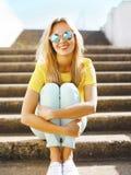 Verano y concepto de la moda - muchacha rubia de la diversión bonita del retrato adentro Foto de archivo