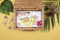 Verano y protección solar, producto de los cosméticos de la belleza para el cuidado de piel y accesorios de las mujeres en el con imagen de archivo libre de regalías