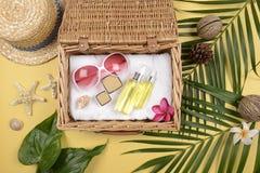 Verano y protección solar, producto de los cosméticos de la belleza para el cuidado de piel y accesorios de las mujeres en el con Fotos de archivo