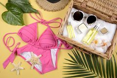 Verano y protección solar, producto de los cosméticos de la belleza para el cuidado de piel y accesorios de las mujeres en el con Fotografía de archivo