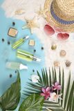Verano y protección solar, producto de los cosméticos de la belleza para el cuidado de piel y accesorios de las mujeres en el con Fotografía de archivo libre de regalías