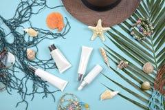Verano y protección solar, producto de los cosméticos de la belleza para el cuidado de piel y accesorios de las mujeres en el con Imágenes de archivo libres de regalías