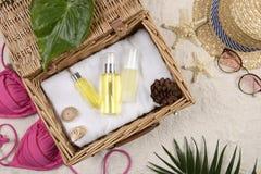 Verano y protección solar, producto de los cosméticos de la belleza para el cuidado de piel y accesorios de las mujeres en el con Foto de archivo