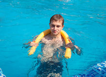 Veranos en el poolside Fotos de archivo