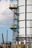 Verarbeitung der Spalte für Offshoreplattform Stockbilder