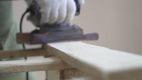 Verarbeitung von hölzernen Produkten durch den Meister in den weißen Handschuhen Schöne Produkte gemacht von den natürlichen Mate stock footage