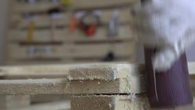 Verarbeitung von hölzernen Produkten Meister in den weißen Handschuhen behandelt einen Holzbalken Nahaufnahme beim Arbeiten mit N stock video footage