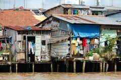 Verarmte Häuser auf vietnamesischem Fluss Lizenzfreies Stockbild