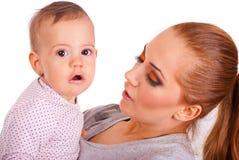 Verbaasd babymeisje met lippenstift Stock Fotografie
