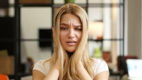 Verbaasd, Geschokt Meisje die op Verlies reageren stock videobeelden