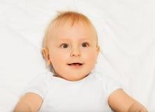 Verbaasd gezicht die van kleine baby witte babygro dragen Royalty-vrije Stock Foto