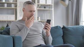Verbaasd Gray Hair Man in Schok terwijl het Gebruiken van Smartphone stock videobeelden