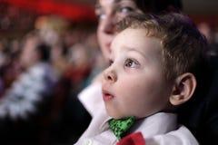 Verbaasd kind bij circus royalty-vrije stock afbeeldingen